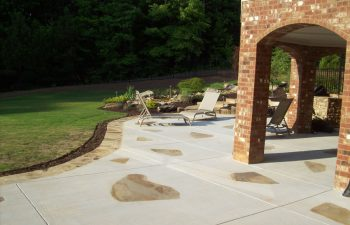 backyard flagstone patio by Mobile Joe's Landscaping